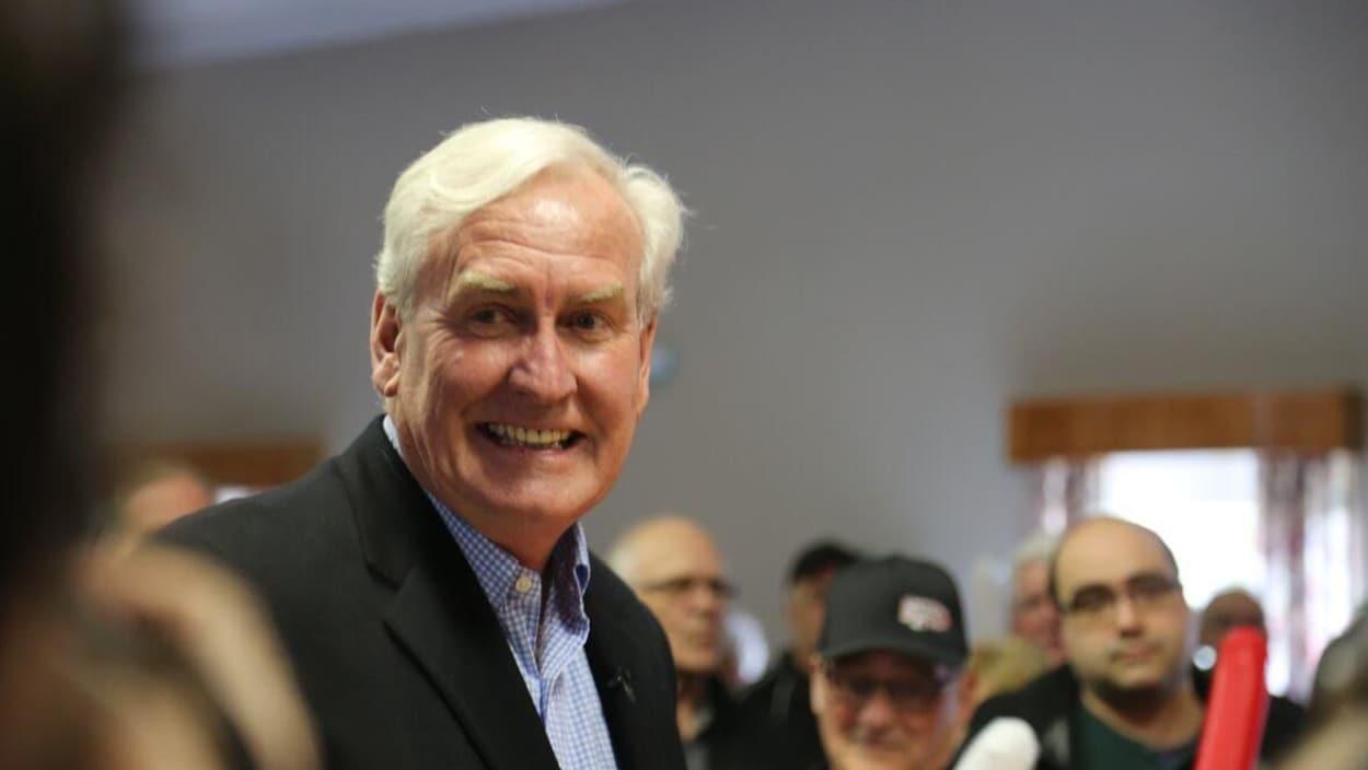 Kevin Vickers, souriant, entouré de militants le 11 mai 2019 à Miramichi au Nouveau-Brunswick.