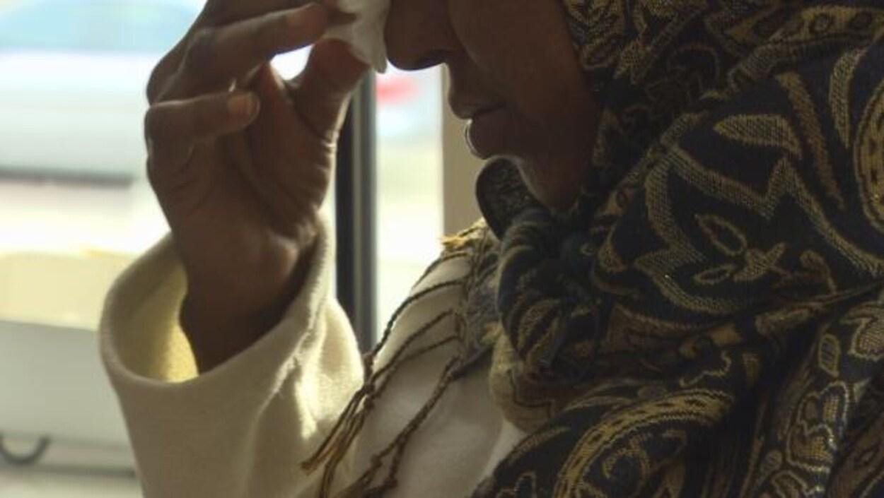 Une femme migrante pleure