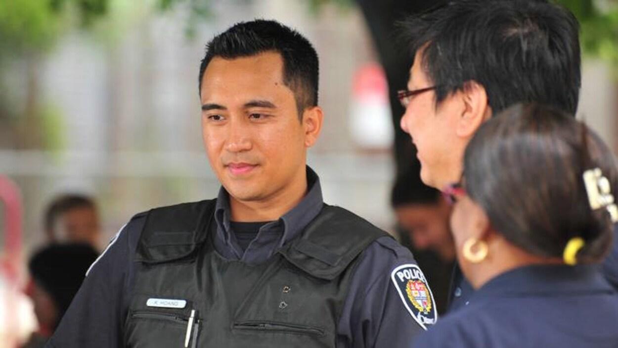 Un agent du Service de police d'Ottawa en uniforme.