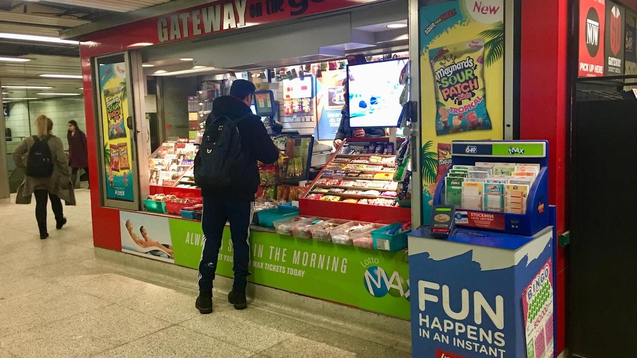 Photo d'un homme qui achète quelque chose à un kiosque de la station de métro St George.