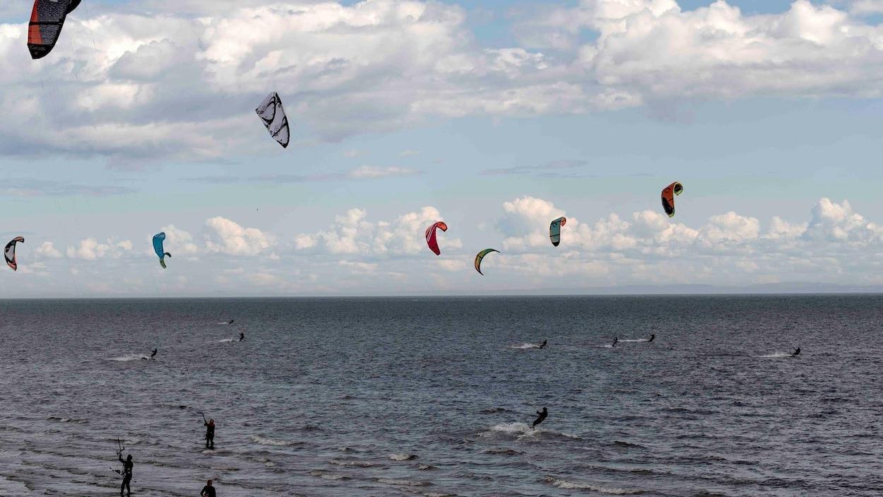 Plusieurs amateurs de Kite Surf (planche aérotractée) ont pris d'assaut le le Parc Nature de Pointe-aux-Outardes l'an dernier, ce devrait être le cas à nouveau cette année.