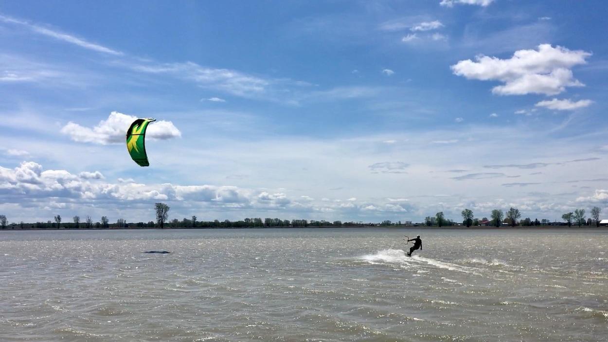 Ce surfeur cerf-voliste est sur un champ inondé par le lac Saint-Pierre.