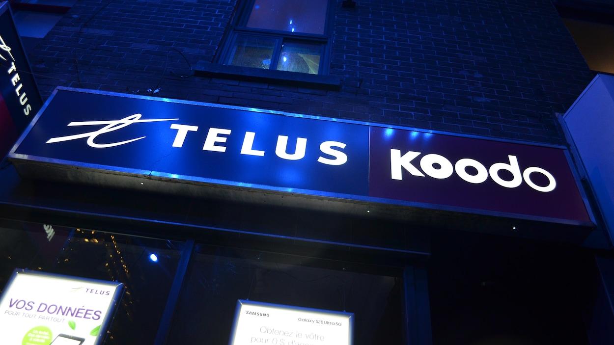 Une enseigne conjointe de Telus et Koodo, rue Sainte-Catherine Est, à Montréal.