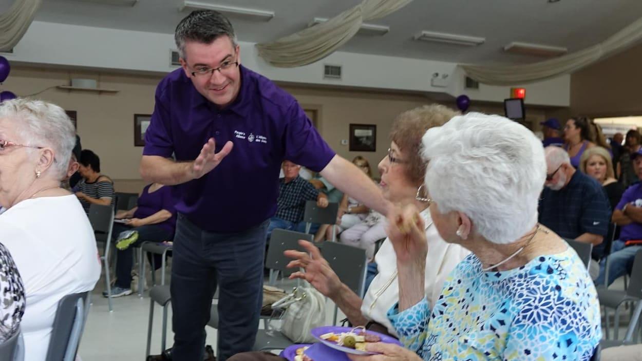 Le chef de l'Alliance des gens du Nouveau-Brunswick, Kris Austin, discute avec des partisans lors du lancement de sa campagne, samedi, à Fredericton.