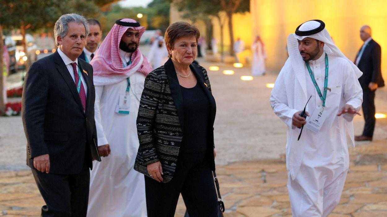 Kristalina Georgieva entourée d'hommes dont deux Saoudiens