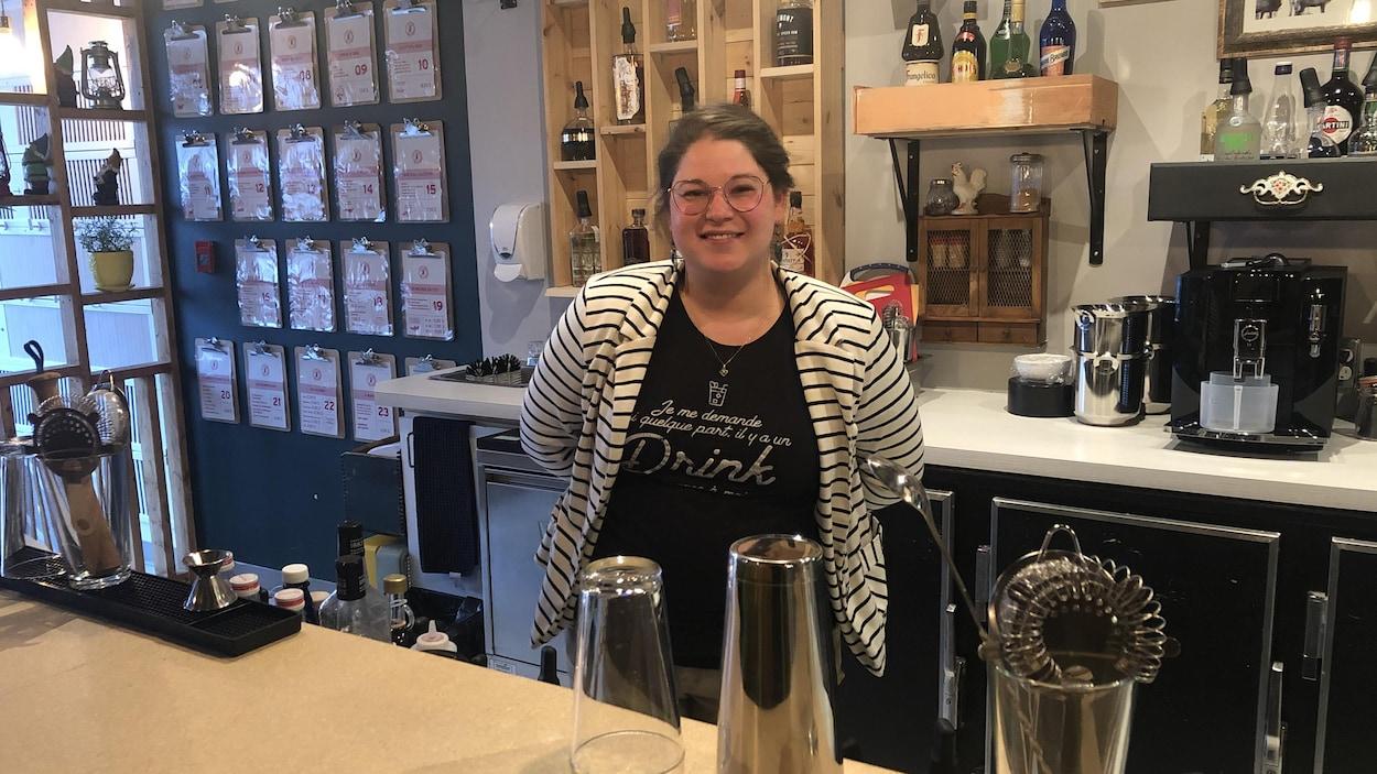 Kristel Aubé-Cloutier est derrière le comptoir de son bar.