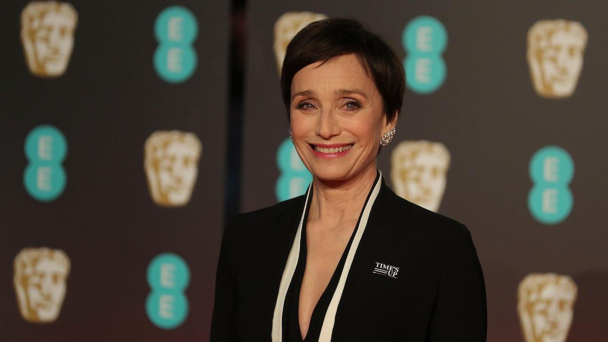 L'actrice britannique Kristin Scott Thomas portait un ensemble noir bordé de blanc.