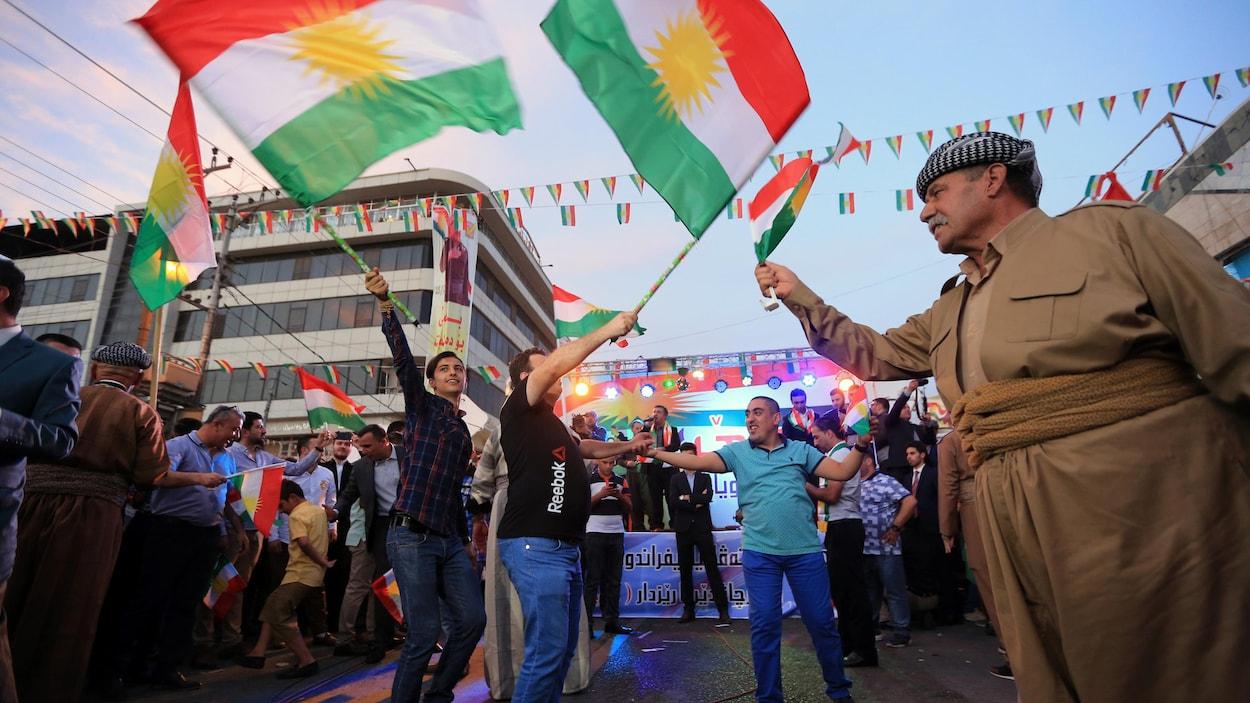 Des Kurdes montrent leur appui à l'indépendance du Kurdistan irakien.