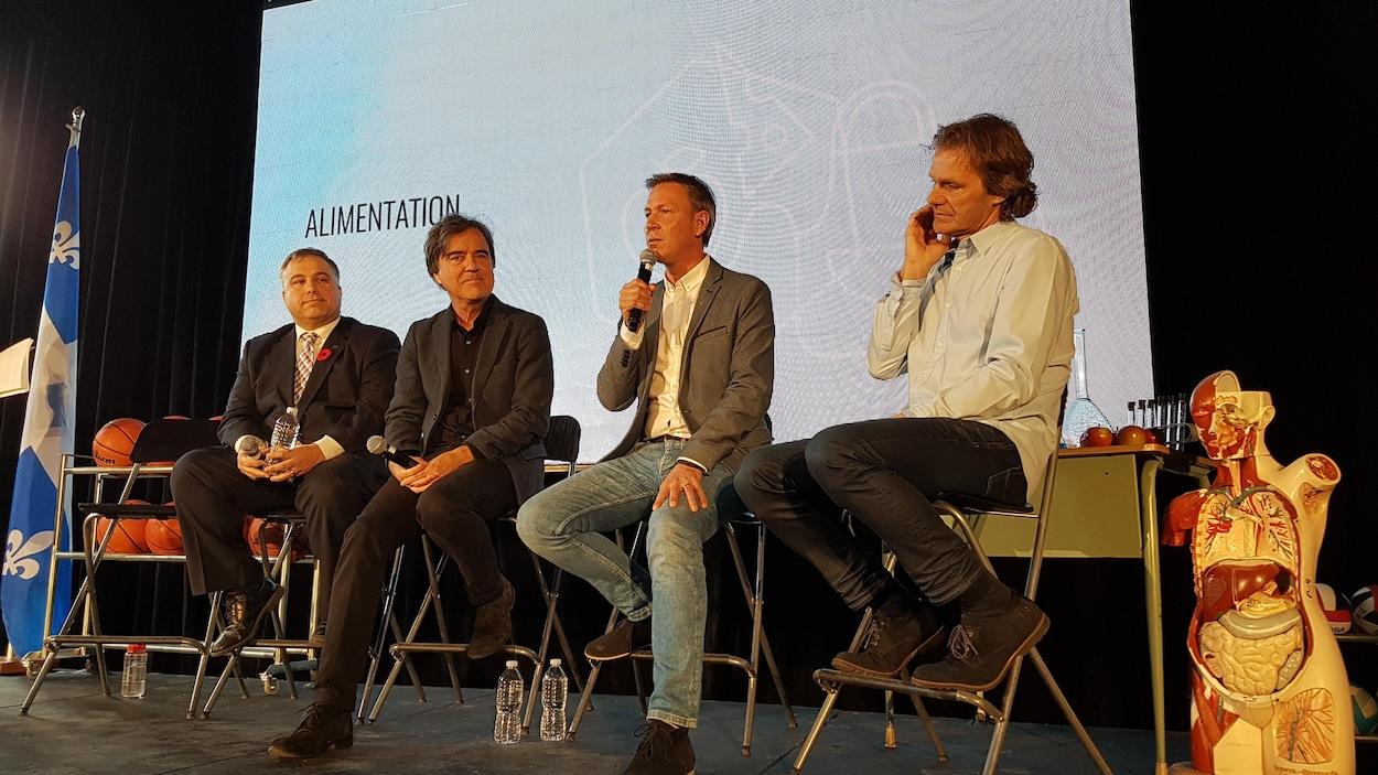L'architecte Pierre Thibault, le chef Ricardo Larrivée et le triathlète Pierre Lavoie présentent leur projet Lab-École en compagnie du ministre de l'Éducation, Sébastien Proulx.