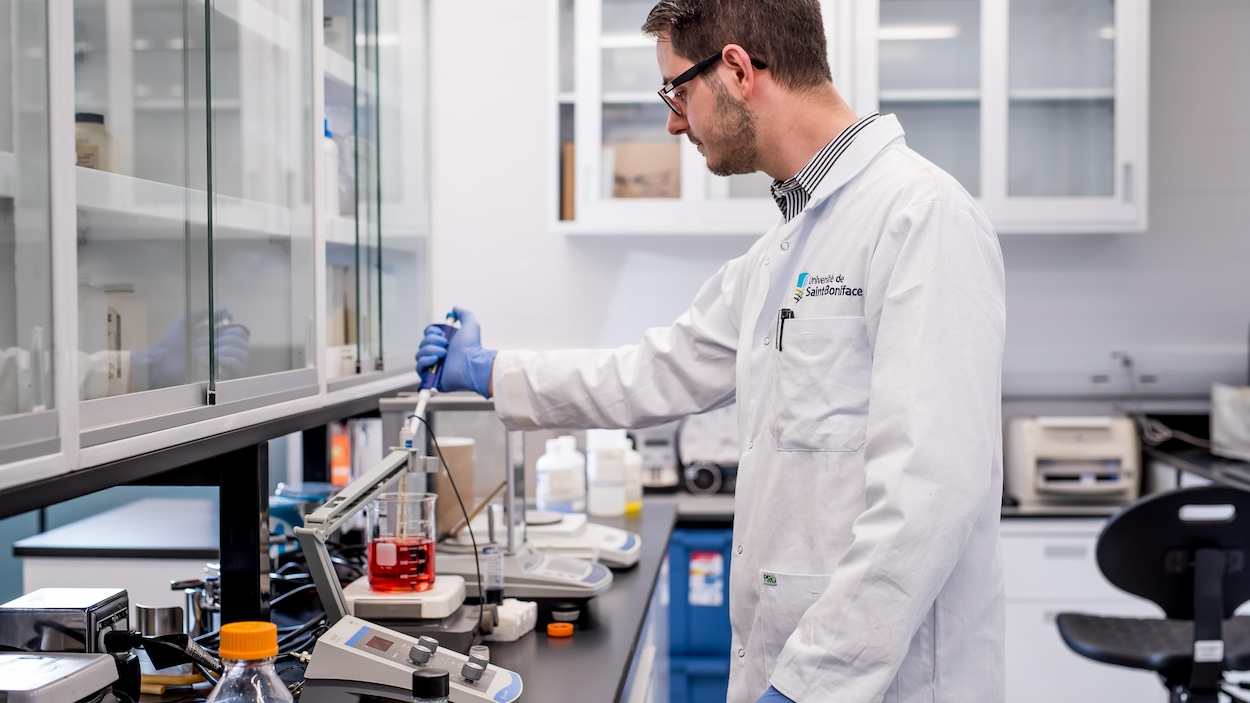 Un homme travaille debout dans un laboratoire.