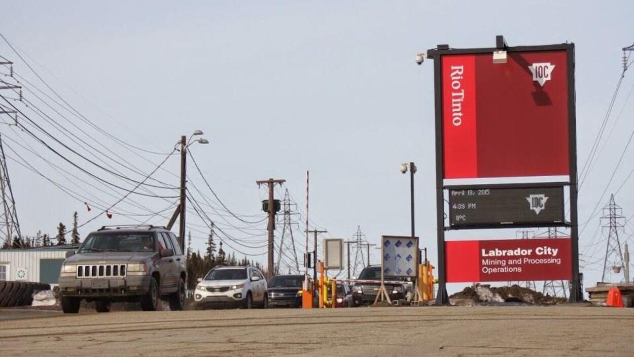 L'entrée principale de la mine de la Compagnie minière du Canada à Labrador City.