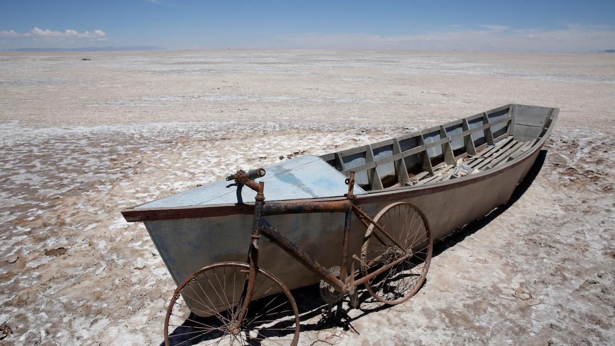 Un bateau et une bicyclette sont vus sur le lac asséché Poopo affecté par le changement climatique, dans le département d'Oruro, Bolivie, le 16 décembre 2017.