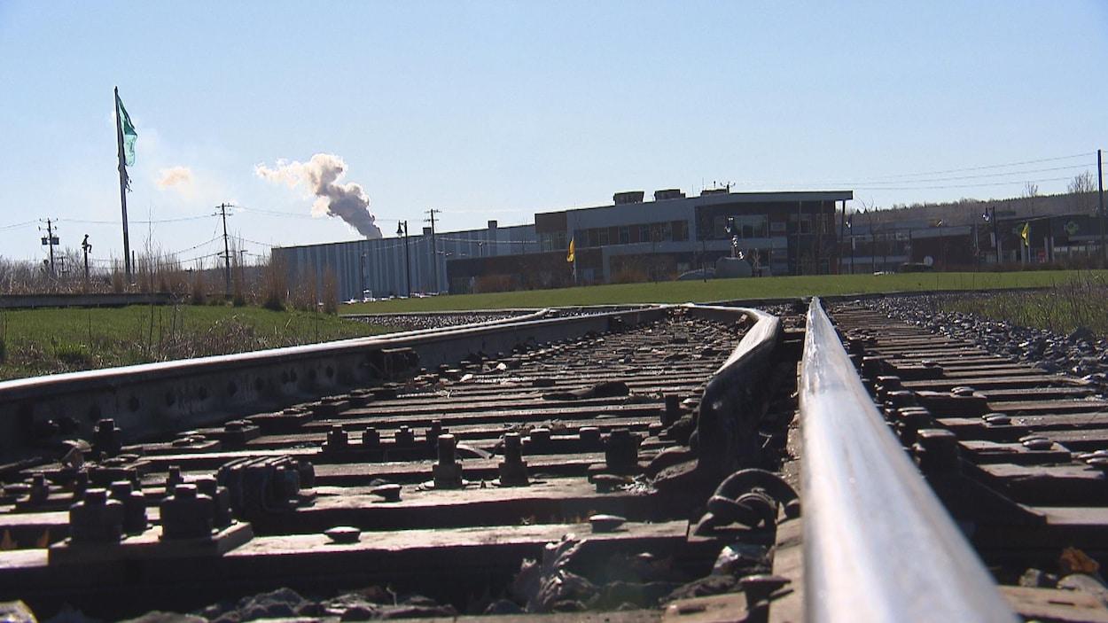 Les rails du chemin de fer qui traverse le centre-ville de Lac-Mégantic.