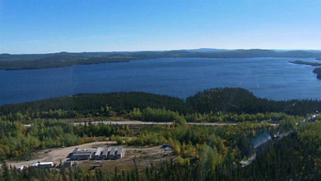 Vue aérienne du Lac-à-Paul et du site projeté de la mine d'Arianne Phosphate.
