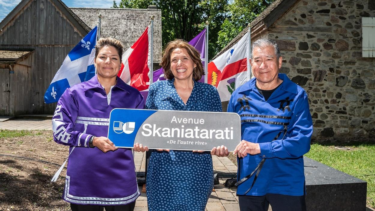 La cheffe Skye-Deer, la mairesse de Lachine Maja Vodanovic et le grand chef Joseph Tokwiro Norton tiennent un panneau de rue et sourient à la caméra.