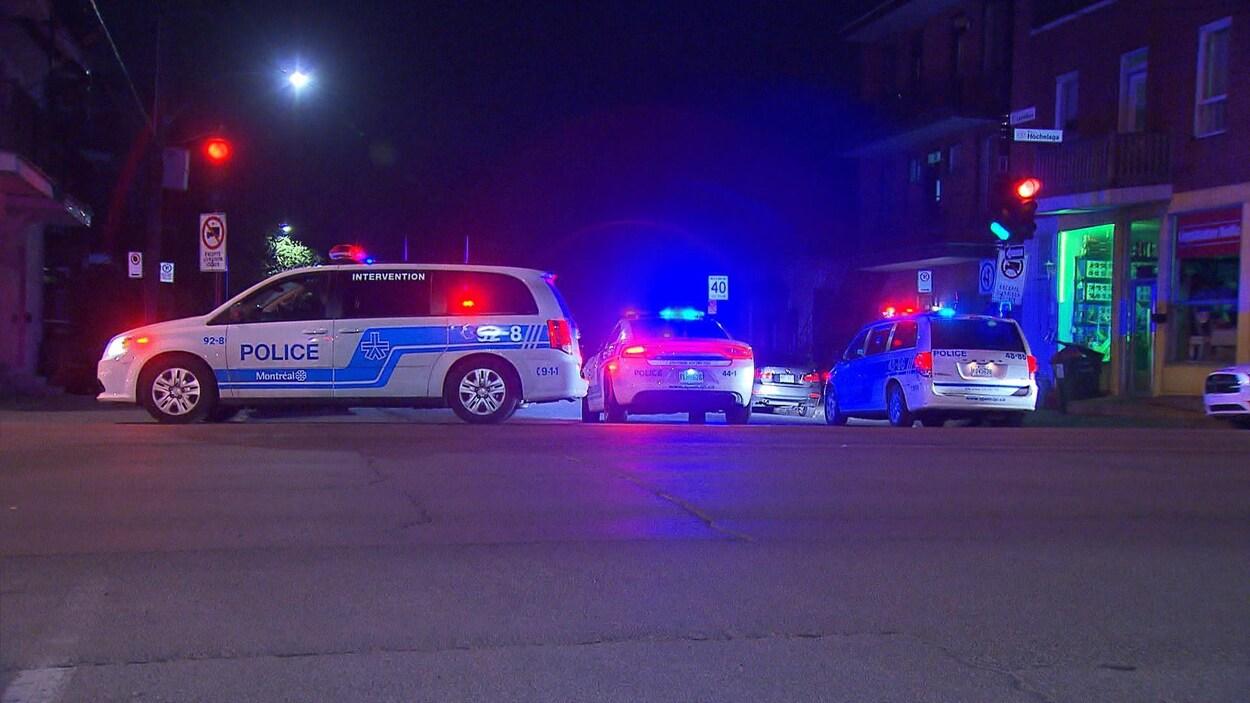 Des voitures de police dans la rue.