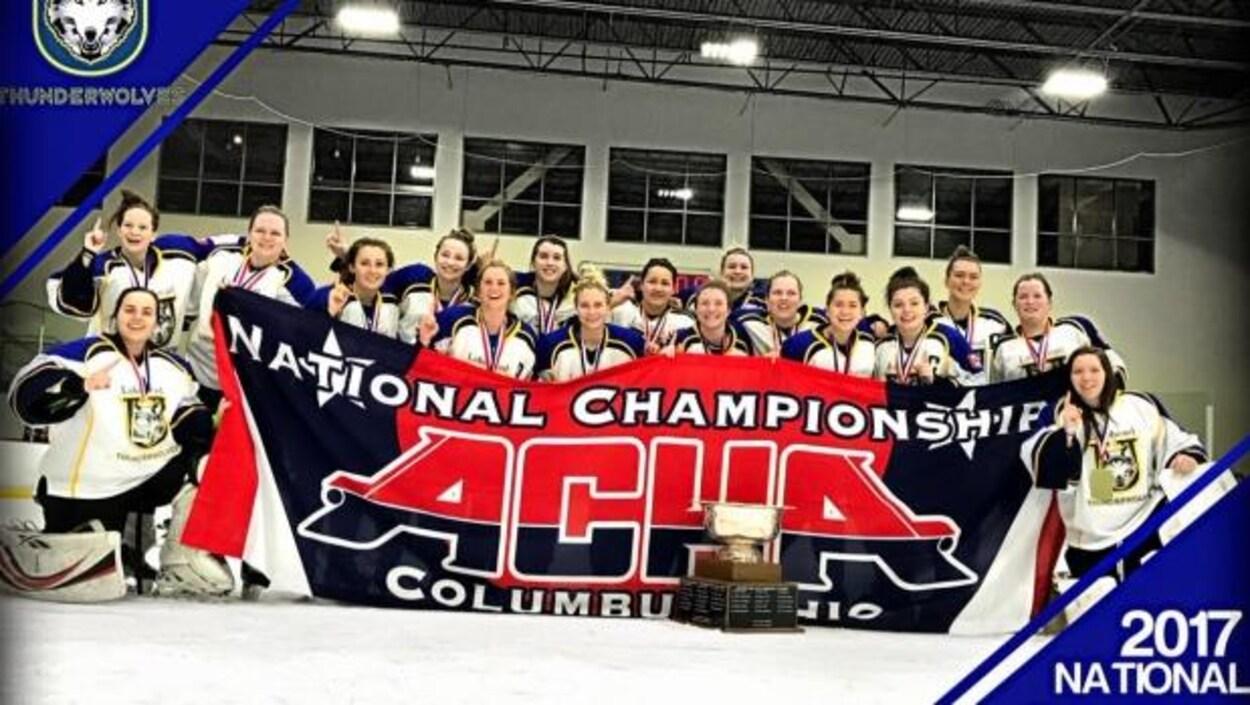 L'équipe féminine de l'Université Lakehead championne de l'American Collegiate Hockey Association.