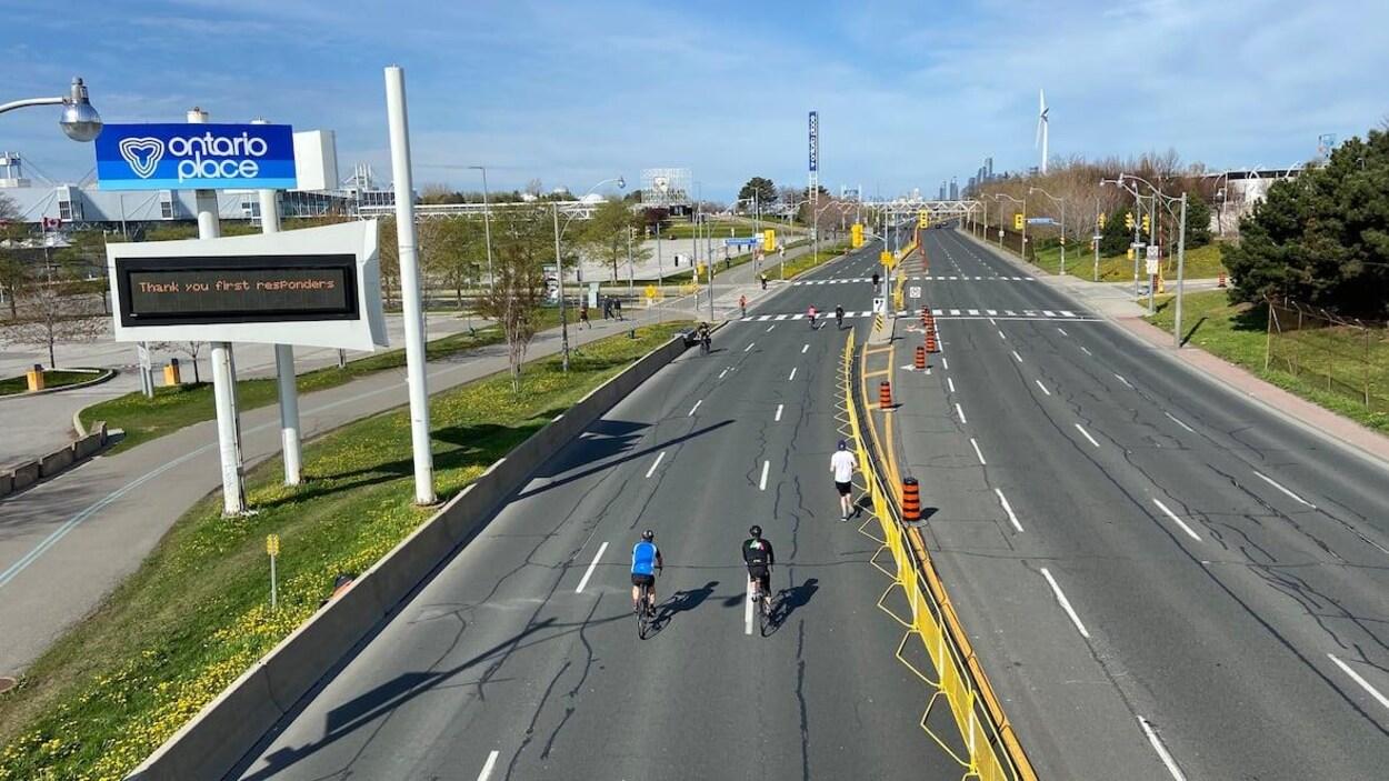 Un boulevard vu d'un viaduc.