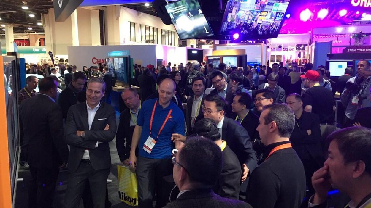 Simon Landry au milieu d'une foule qui regarde un écran géant