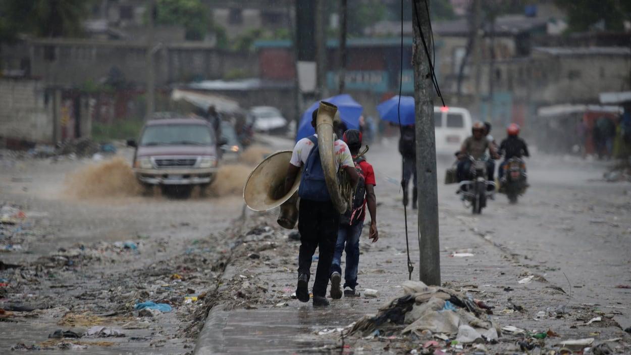 Une rue inondée de Port-au Prince.