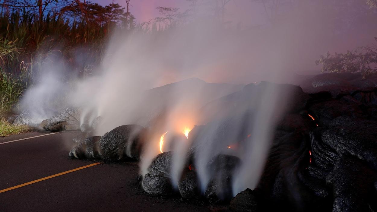 Grande coulée de lave brûlante sur une route