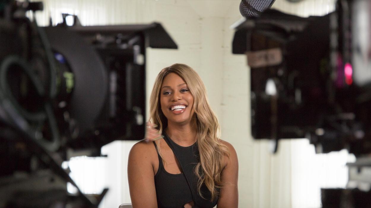 Une jeune femme tout sourire en entrevue pour un documentaire.