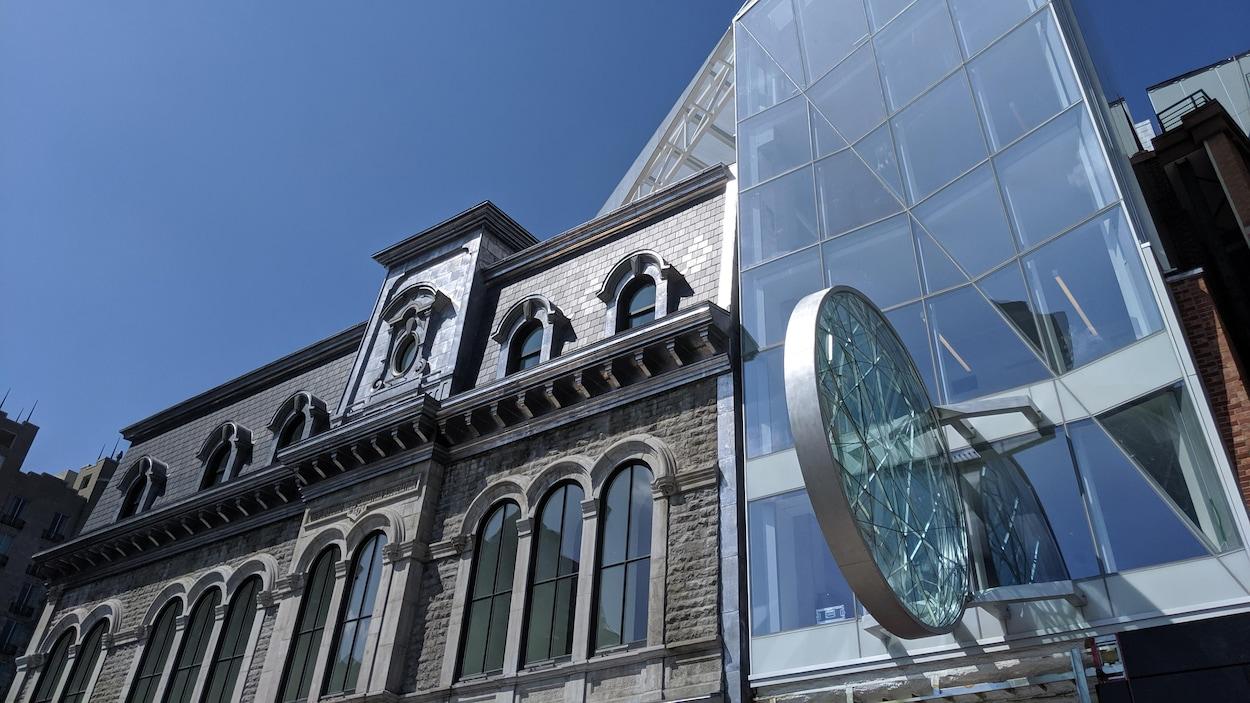 L'extérieur du Diamant, avec l'oeuvre en hommage au cinéma de Paris