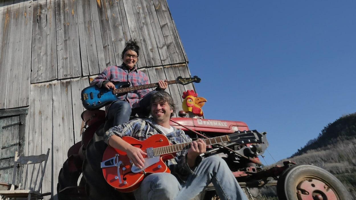 Deux producteurs de chansons bien connus dans la région de Charlevoix qui partagent la scène et leur quotidien, Isabelle Simard et Éric Larochelle.