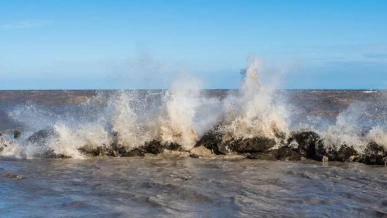 Des vagues qui frappent des rochers.