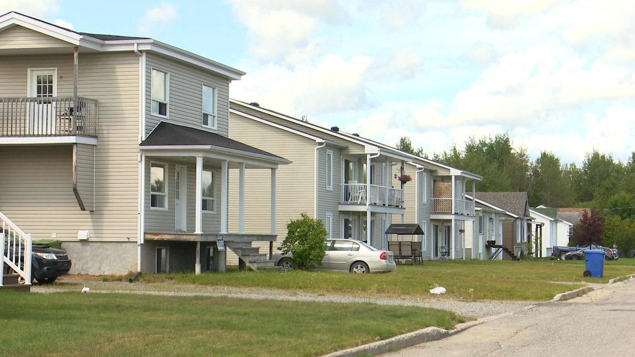 Des résidences dans un quartier résidentiel.