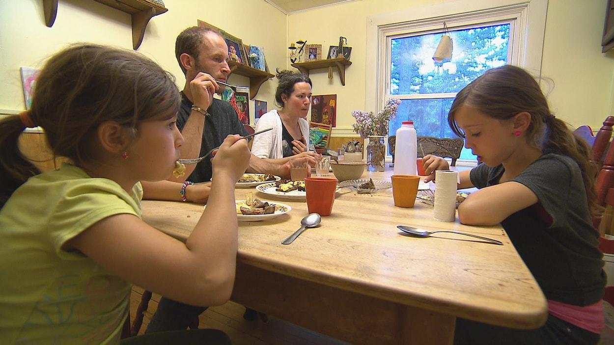La famille de Robin LeBlanc et de Rebecca Huot produit elle-même toute la nourriture qu'elle consomme.