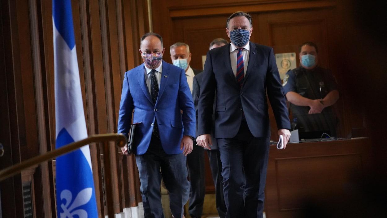 François Legault marche dans un couloir avec le ministre de la Santé, Christian Dubé.