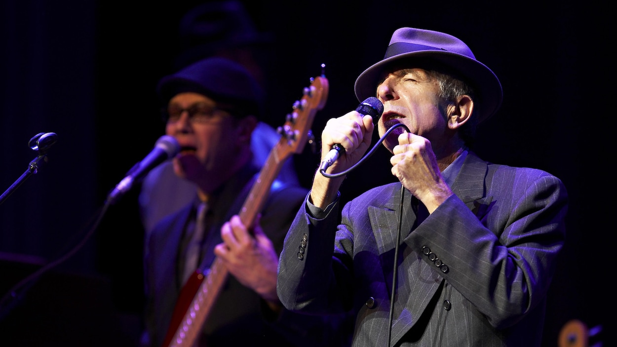 Le chanteur Leonard Cohen en spectacle