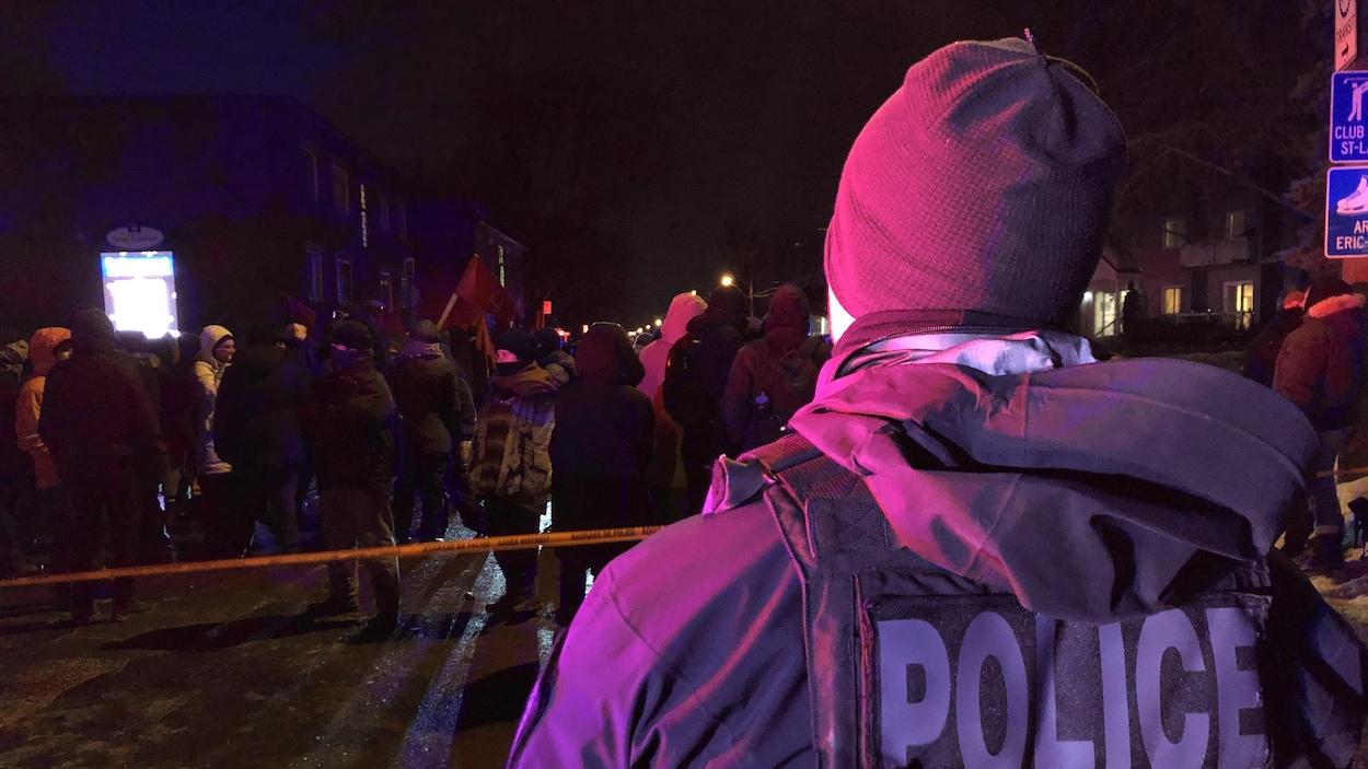 Un policier observe une foule.
