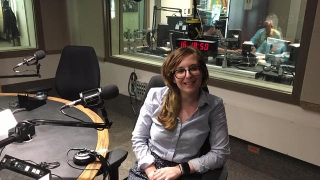 Leslie Garrido-Diaz est dans le studio radio de Radio-Canada Saskatchewan.