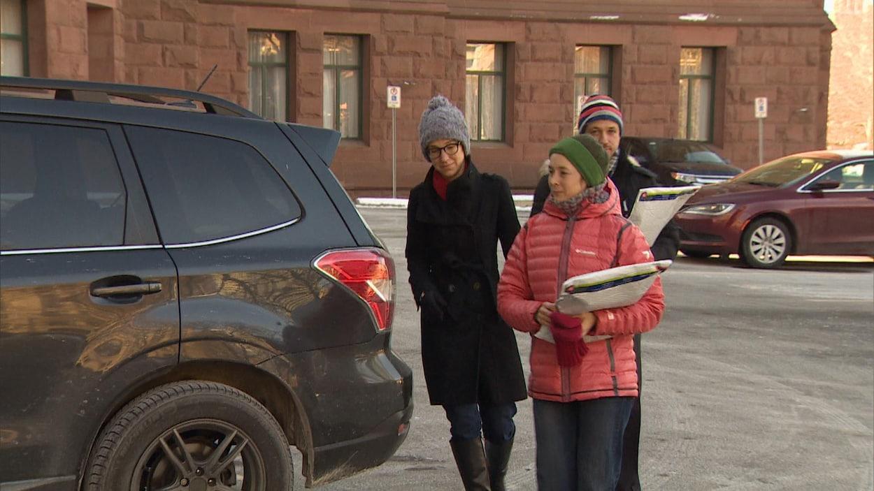 Les parents arrivent avec des enveloppes contenant 380 lettres destinées entre autres à la ministre de l'Éducation, Mitzie Hunter.