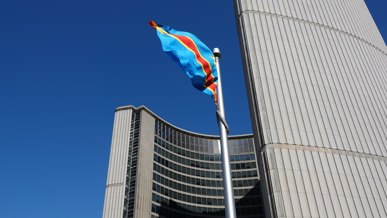 Le drapeau de la République démocratique du Congo flotte devant l'hôtel de ville de Toronto.