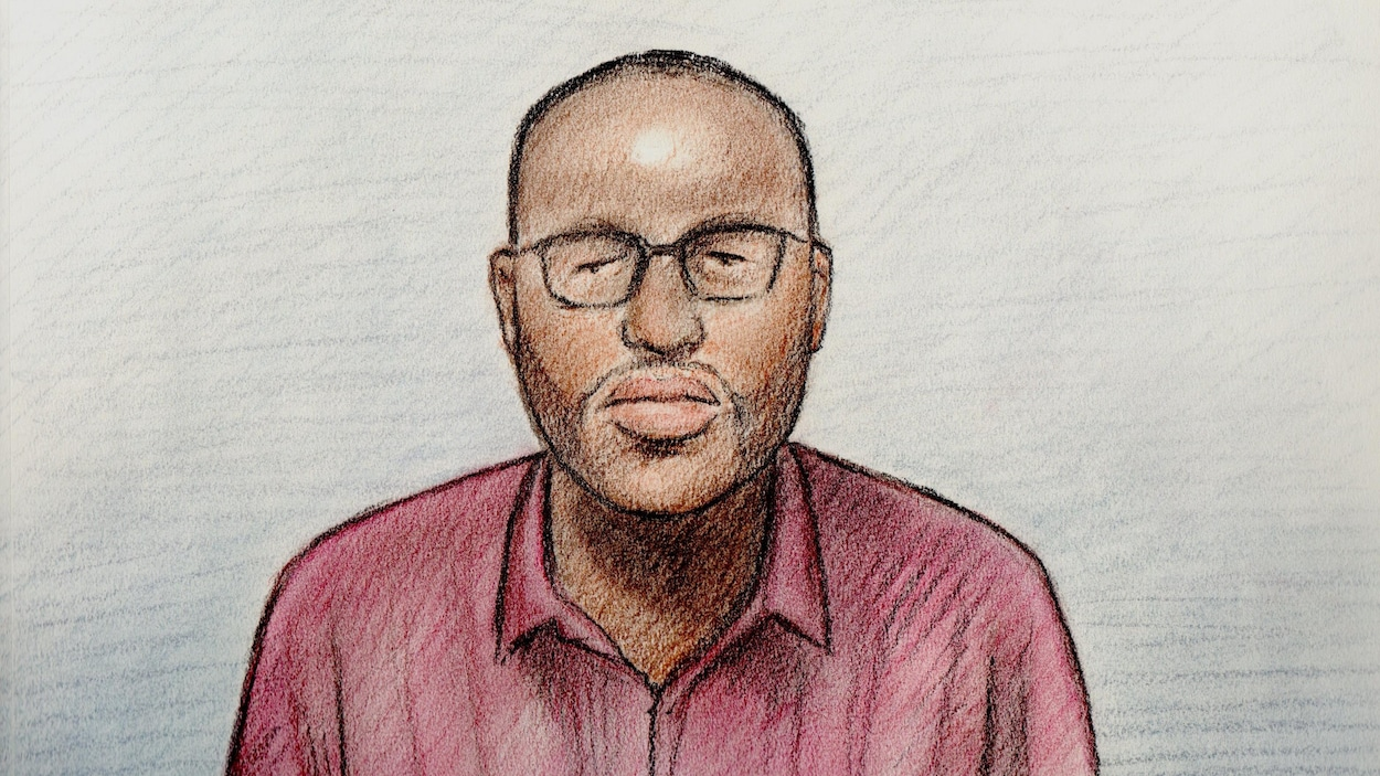 Le suspect est un homme noir, aux cheveux courts, portant des lunettes et une chemise rose.