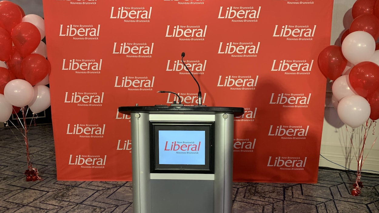 Un arrière plan du Parti libéral avec un micro pour un point de presse.