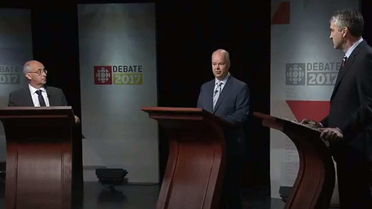 Le chef libéral Stephen McNeil, le chef des conservateurs-progressistes Jamie Baillie et le chef du NPD Gary Burrill ont débattu sur plusieurs enjeux en vue des élections du 30 mai en Nouvelle-Écosse.