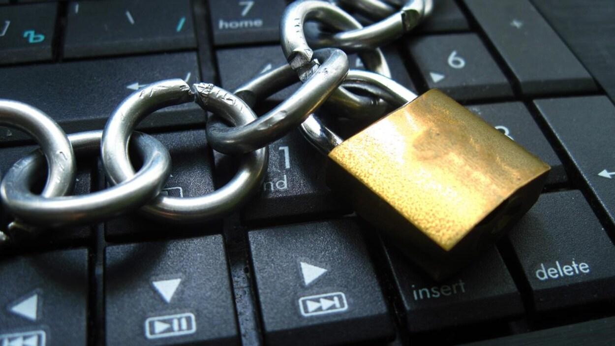 Une chaîne entoure un ordinateur.