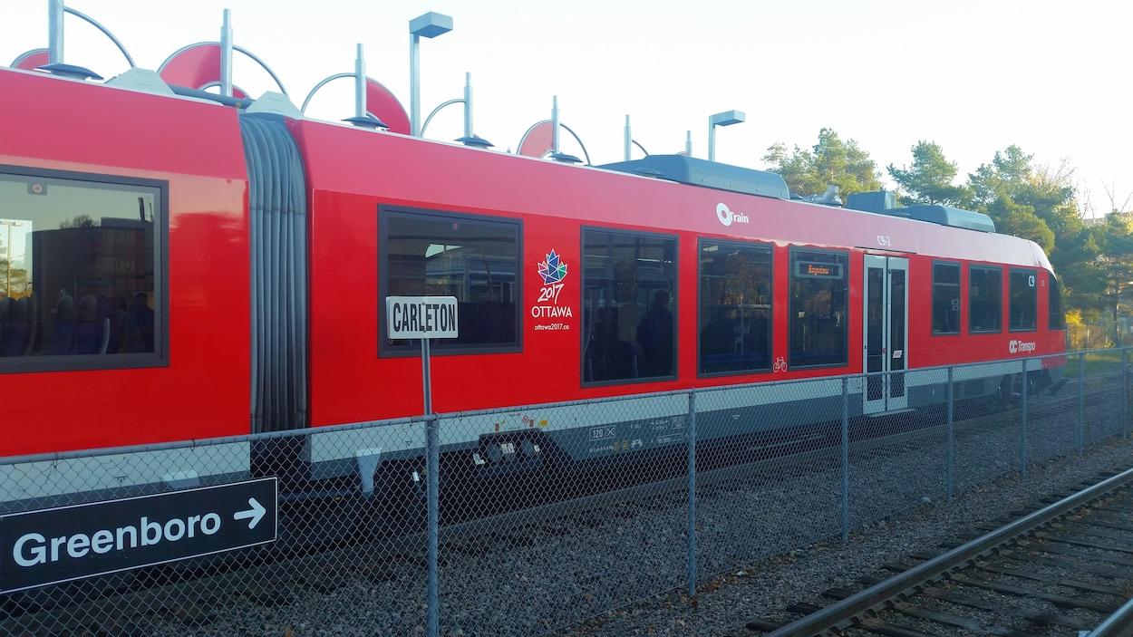Un train se déplace sur des rails.