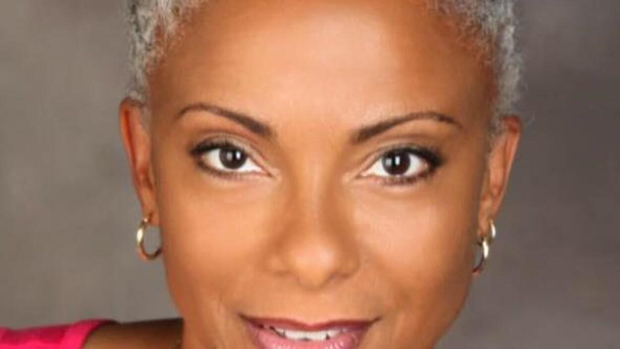 Portrait d'une femme noire aux cheveux grisonnants