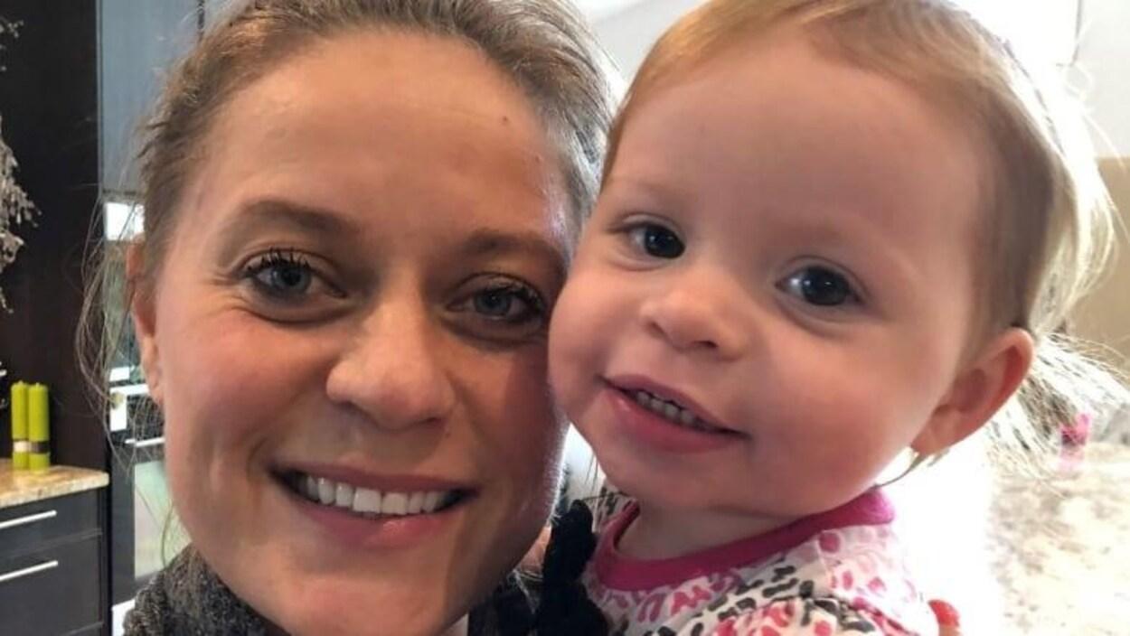 Plan serré du visage de Lindsay Boychuk et de sa fille Laurel,