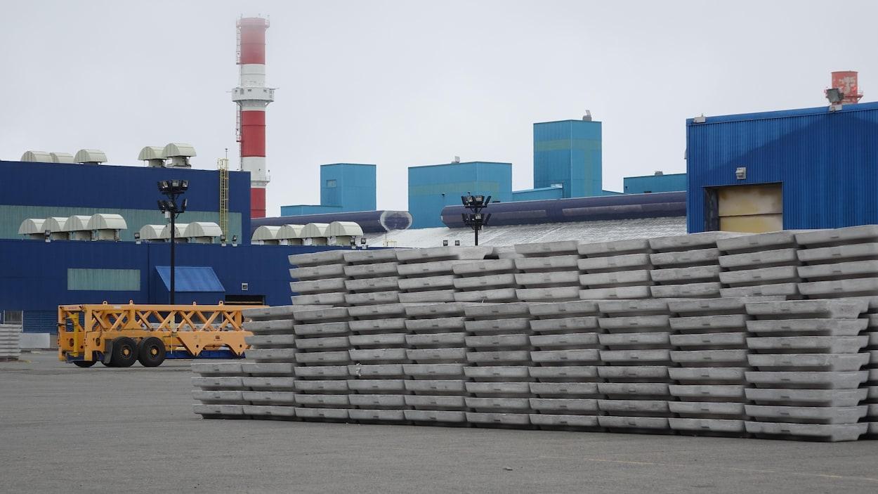 Des lingots d'aluminium sont empilés dans la cour extérieure de l'Aluminerie Alouette, à Sept-Îles.