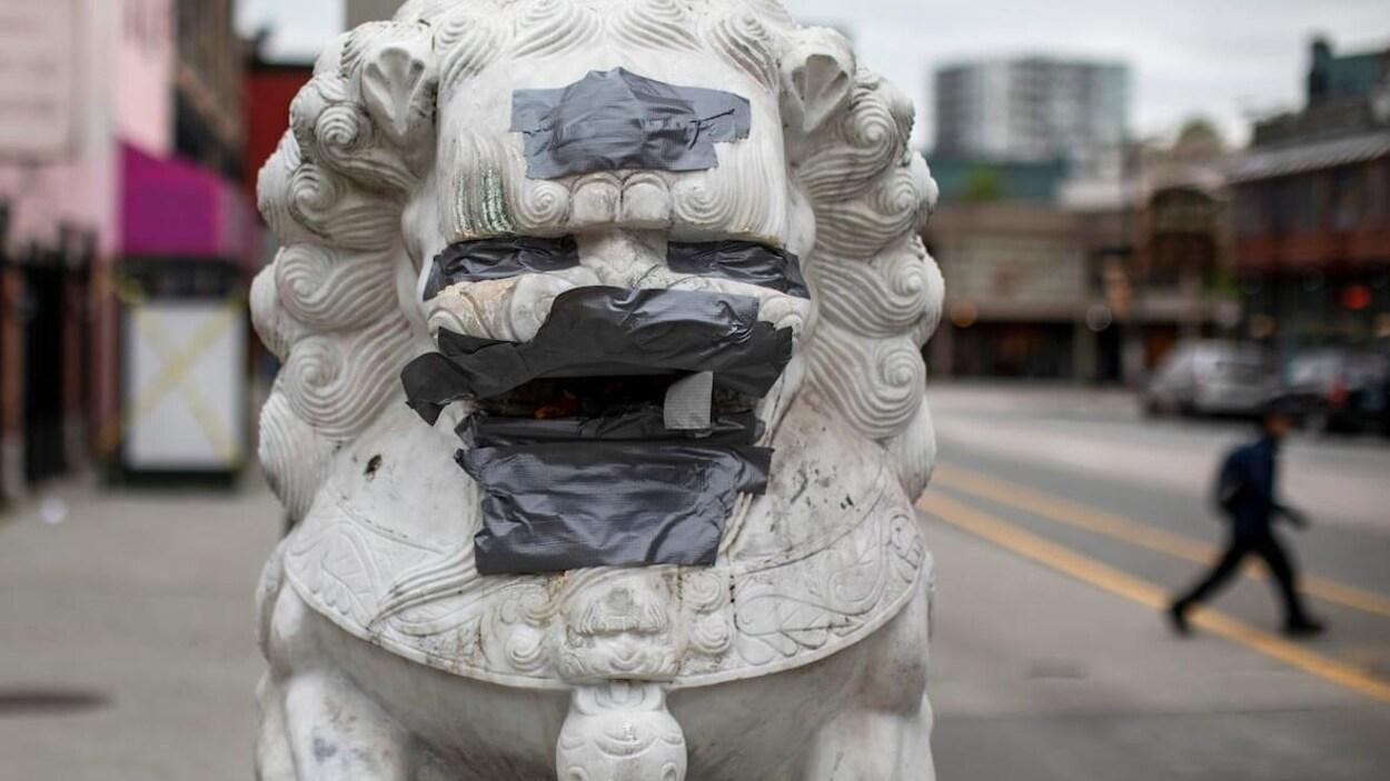 Les messages haineux peints en rouge sur les lions du Chinatown ont été recouverts.