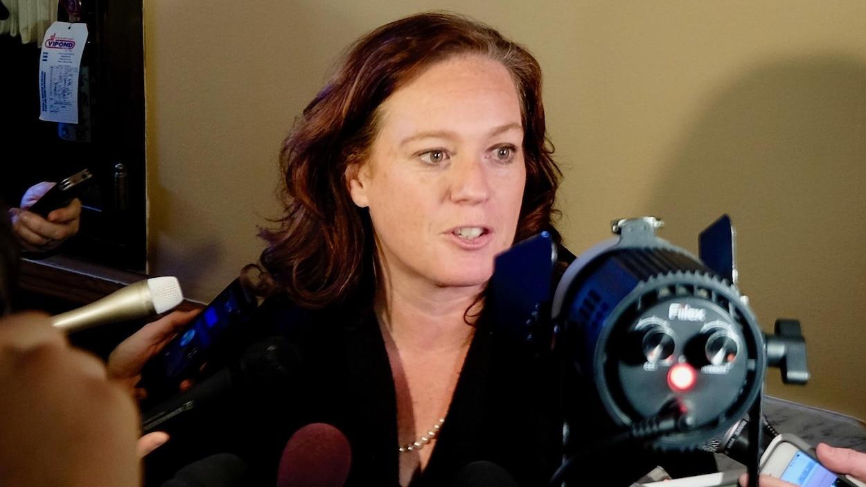 La ministre Lisa MacLeod en point de presse à Queen's Park.