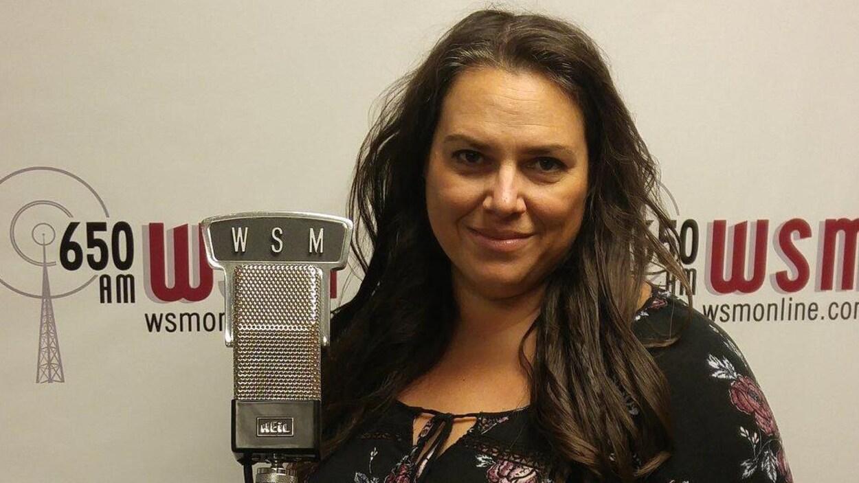 Lisa Richard pose dans un studio d'enregistrement.