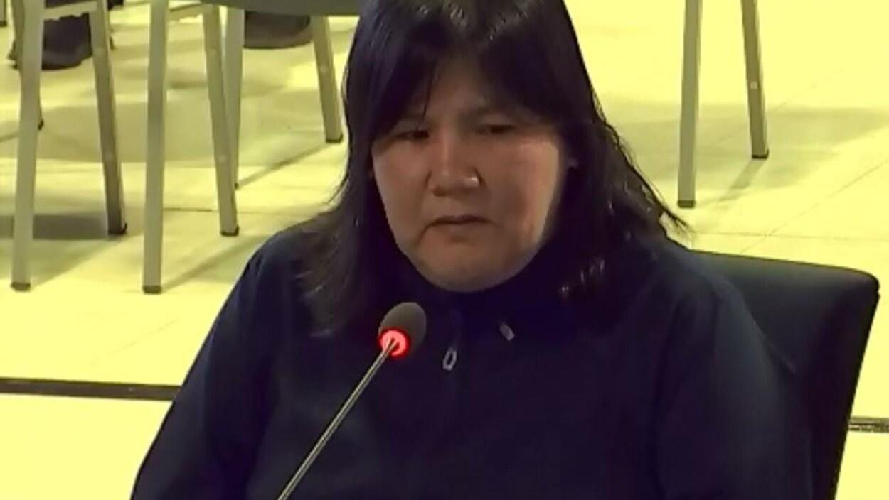 Lise Dominique témoigne au micro aux audiences.