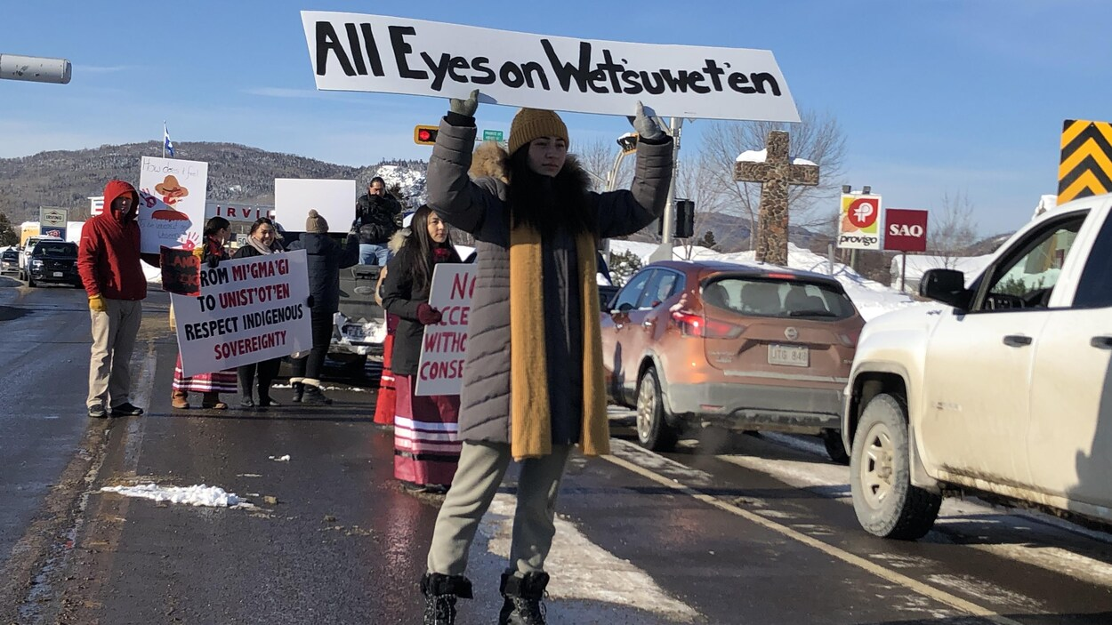 Des participants au rassemblement de Listuguj en soutien aux membres de la Première Nation Wet'suwet'en.